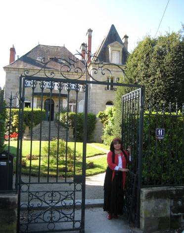 Anne-Lan à Brive devant la Maison qu'elle espère transformer en Espace Culturel sur la Soie.